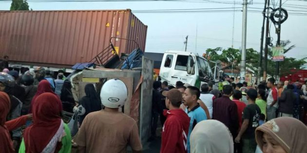Truk Tronton Serudug Pedagang Pinggir Jalan di Komplek Pasar Induk, 1 Tewas