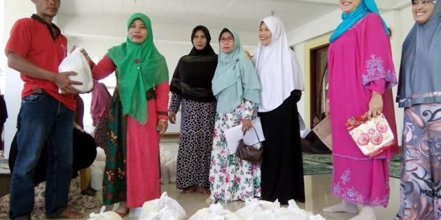Akhir Ramadhan, Ibu Pengajian di Limbangan Brebes  Bagi Paket Sembako