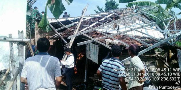 Puting Beliung Rusakan 8 Rumah di Desa Terlangu