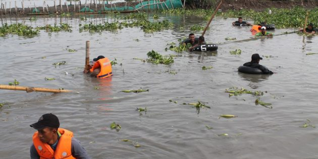 Tangani Banjir, Enceng Gondok dan Perangkap Udang Liar Ditertibkan