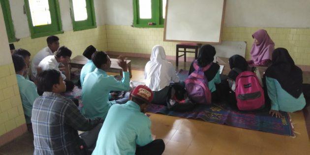 Banjir Losari, Siswa Madrasah Aliyah NU Terpaksa Belajar di Rumah Warga