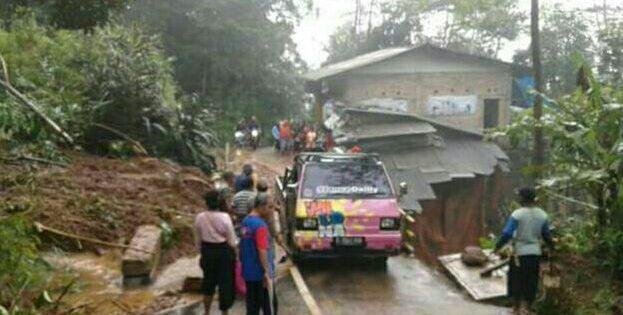 Longsor di Gunung Lio  Ancam Jalan Provinsi Salem – Banjarharjo dan 1 Rumah
