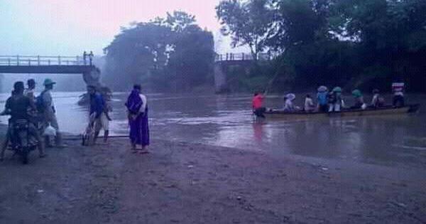 Jembatan Putus, Warga Bantarkawung Terpaksa Gunakan Perahu Untuk Aktivitas