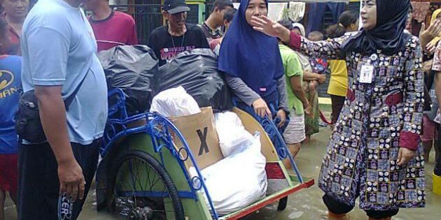 Tinjau Banjir, Idza Beri Bantuan dan Janjikan 10 Juta untuk Bantuan Rumah