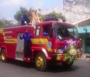 Diarak Mobil Pemadam Kebakaran, Pengantin ini Jadi Perhatian Warga