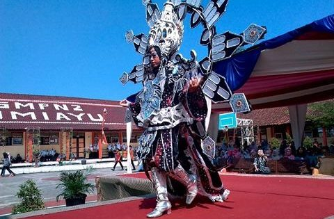Fashion Show SMPN 2 Bumiayu Tampilkan Busana Tak Lazim dari Sampah