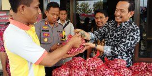 Harga  Jeblok, Jajaran Polres Brebes Adakan Aksi Borong Bawang