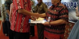Kadin Pariwisata dan Kepala BPBD Brebes Terima SK Pensiun
