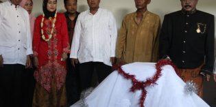 Kirab Ganti Kelambu Makam Syeh Junaedi Warnai Peringatan Bulan Maulud Nabi