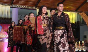 Tiara dan Tio Sabet Juara 1 Peragaan Busana Batik Brebesan