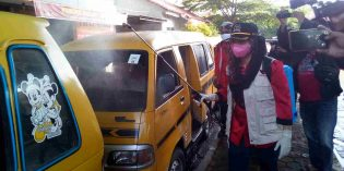Cegah Corona, Anggota DPRRI Mitha Semprot Sendiri Disinfektan di Terminal Angkot