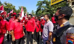 Ratusan Kader PDIP Brebes Datangi Mapolres Tuntut Pembakar Bendera Partai