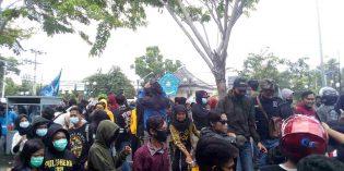 Lemparan Botol Aqua dan Batu Warnai Demo Omnibus Law di Brebes