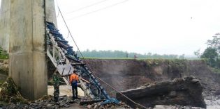 Pilar Jembatan Kereta Api di Tonjong  Ambruk, Jalur Selatan Jakarta – Surabaya Ditutup