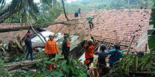 Puting Beliung Rusakan 2 Atap Rumah Warga di Sirampog